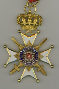 Princely House Order of Schaumburg-Lippe, I Class Cross with Swords (in gold) Obverse