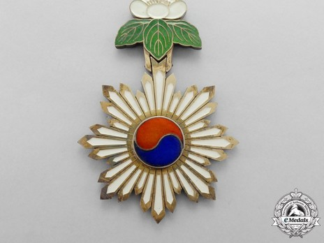 Order of the Taeguk, III Class Neck Badge Obverse