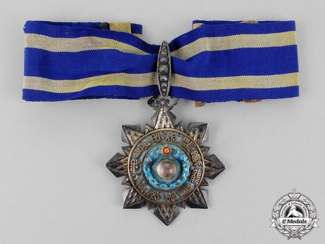 Order of the Double Dragon, Type II, V Class Badge Obverse