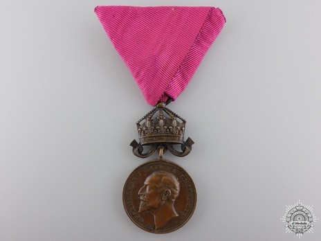 Medal for Merit, Type II, in Bronze (with elder Tsar portrait and crown with flying pendilia) Obverse