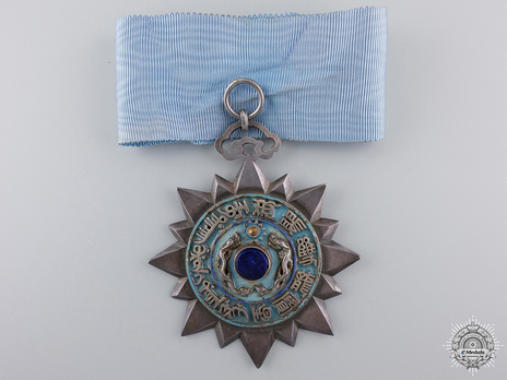 Order of the Double Dragon, Type II, IV Class Badge Obverse