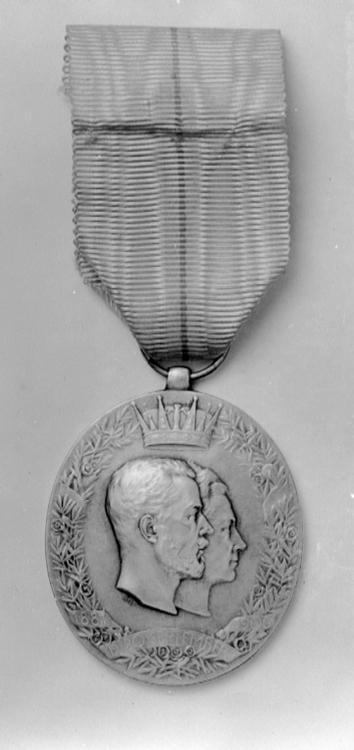 Kronprins gustavs och kronprinsessans viktorias silverbrollopsminnestecken 19062