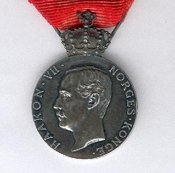 """H.M. The Kings Commemorative Medal,  II Class (with crown Haakon VII stamped """"THRONDSEN"""") Obverse"""