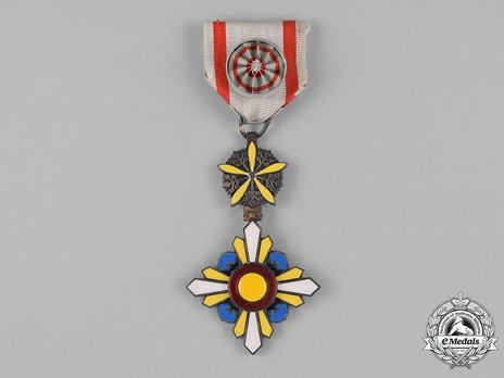 Order of the Auspicious Clouds, IV Class Officer Obverse