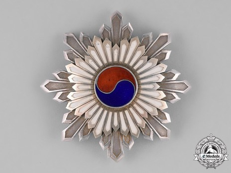 Order of the Taeguk, II Class Breast Star Obverse