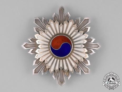 Order of the Taeguk, II Class Breast Star Obverse